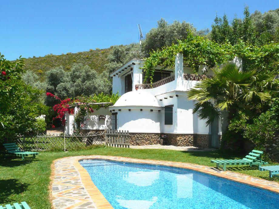 Das Ferienhaus vom Pool aus gesehen