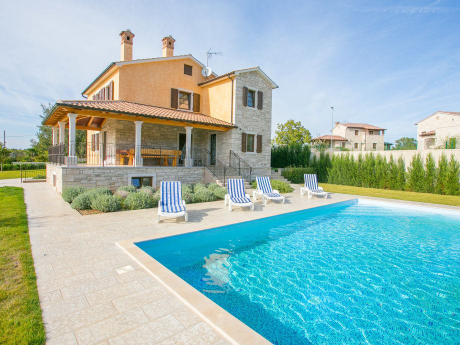 Blick auf die Villa mit Garten