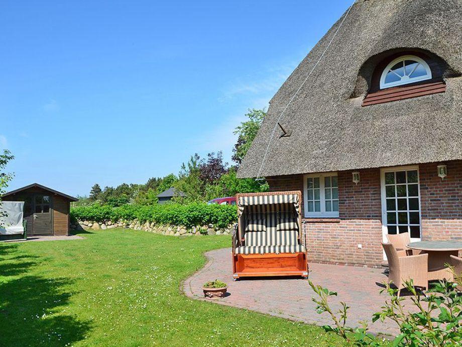 Terrasse mit Garten und Strandkorb und Garten