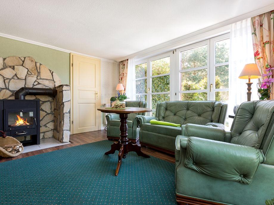 Das Wohnzimmer mit Kamin.