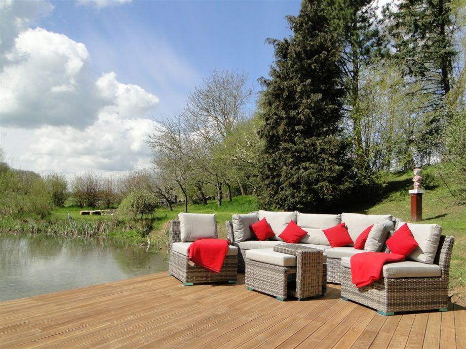 Gemütliche Loungemöbel direkt am Gartenteich