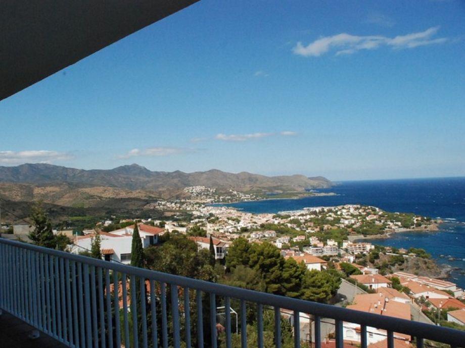 Blick auf die Berge und den Ort