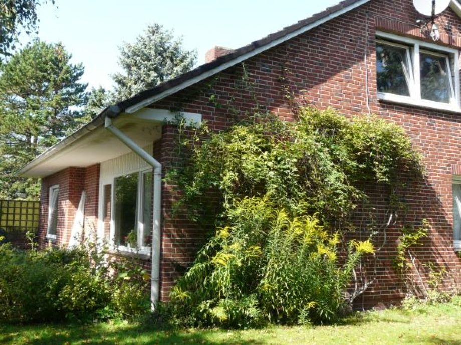 Blick vom Garten auf Haus und Terrasse