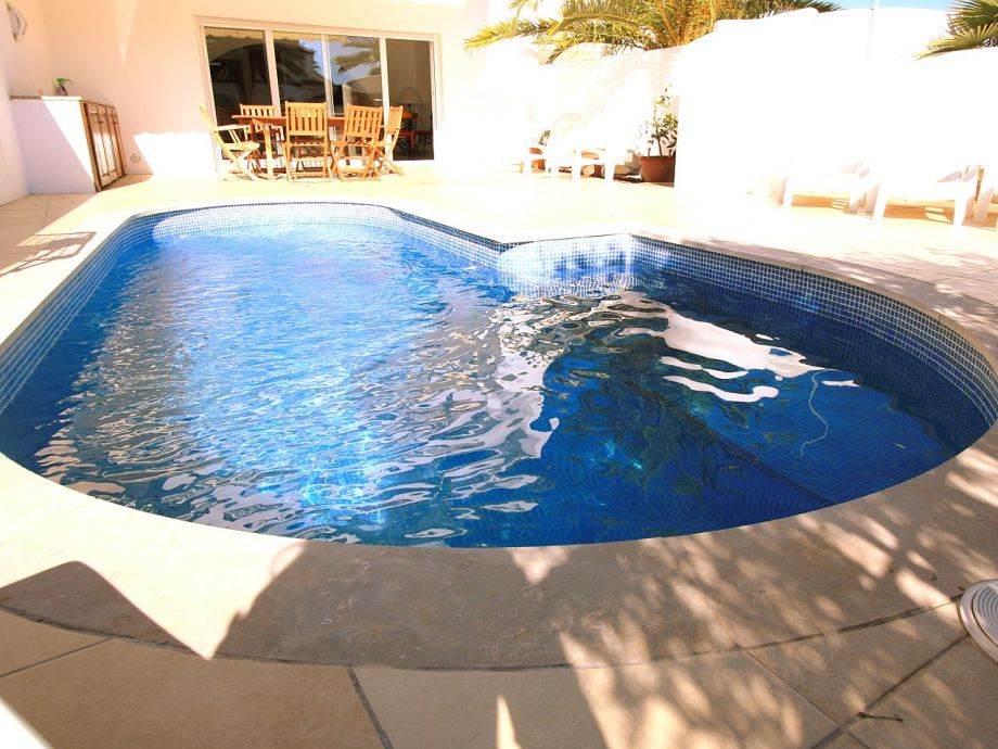 Nierenförmiger Pool im Außenbereich