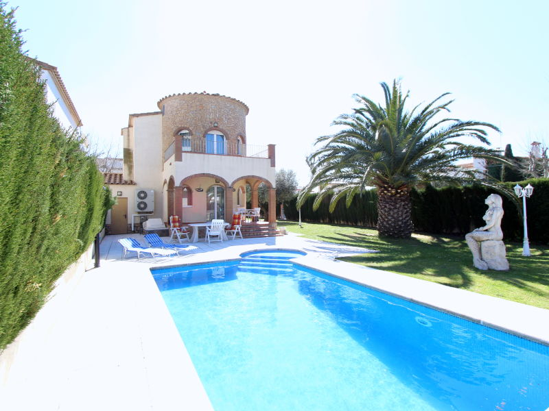 Villa with pool and pier - 10034