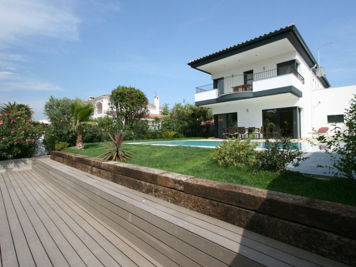 Villa moderna am kanal 10039 empuriabrava costa brava for Villa singola moderna