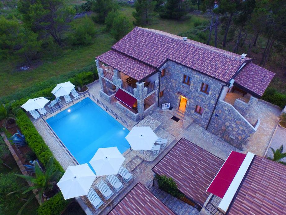 Außenaufnahme in Stein-Ferienhaus mit Pool