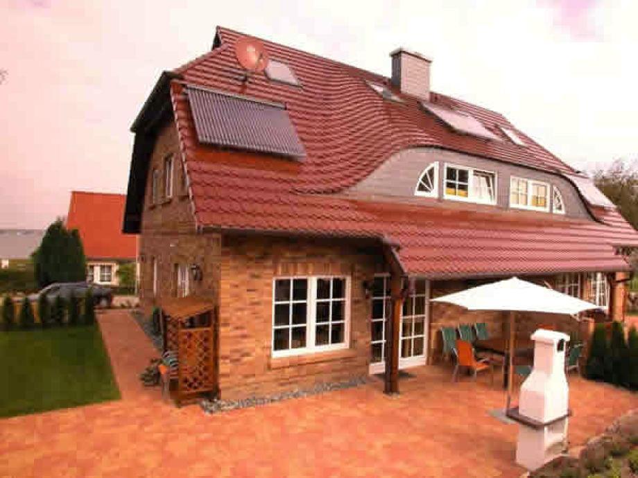 Große Terrasse mit Grillkamin, Gartenmöbeln & Meerblick