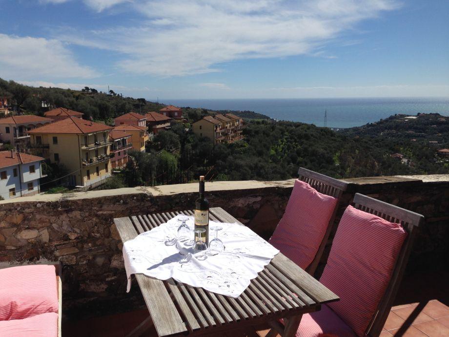 Grosse Terrasse mit Panoramaaussicht über das Meer