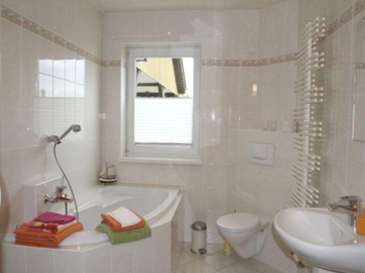 Ferienwohnung in ahrenshagen daskow ostsee firma - Badezimmer mit dusche und badewanne ...
