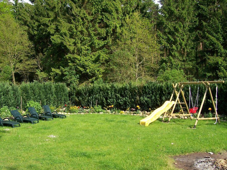 Rutsche, Schaukel und Sonnenliegen im Garten