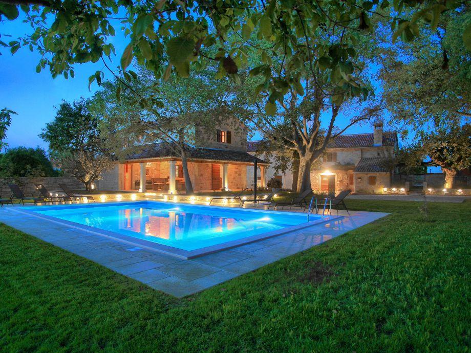 Großer, bei Nacht beleuchteter Pool