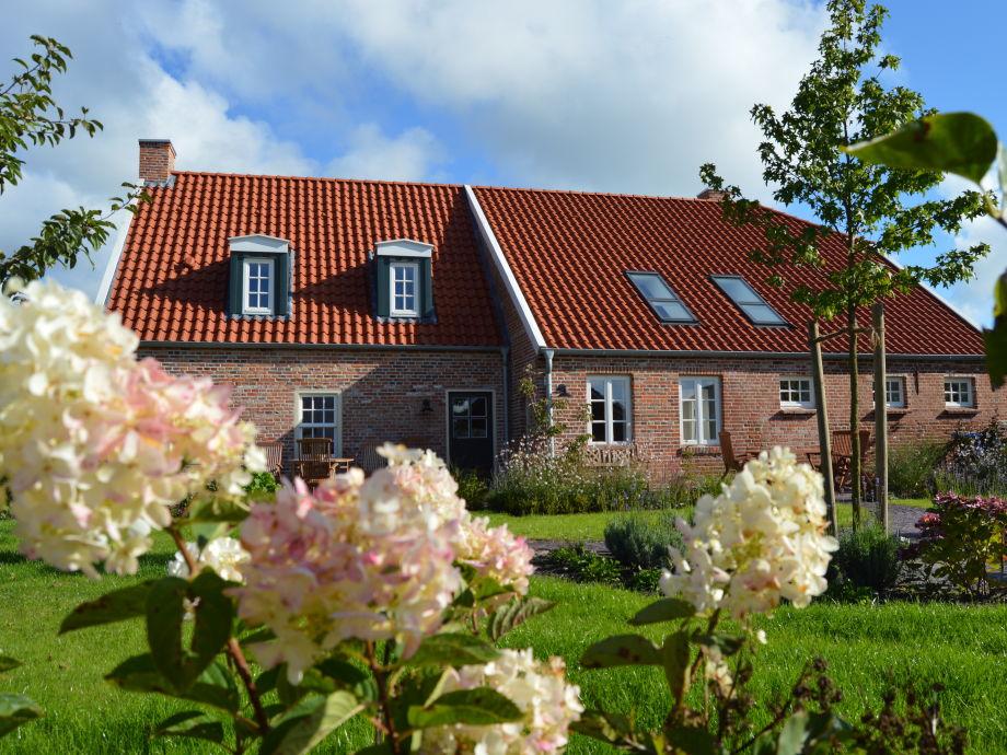 großer Garten mit Sonnenliegen und Terrassenmöbeln