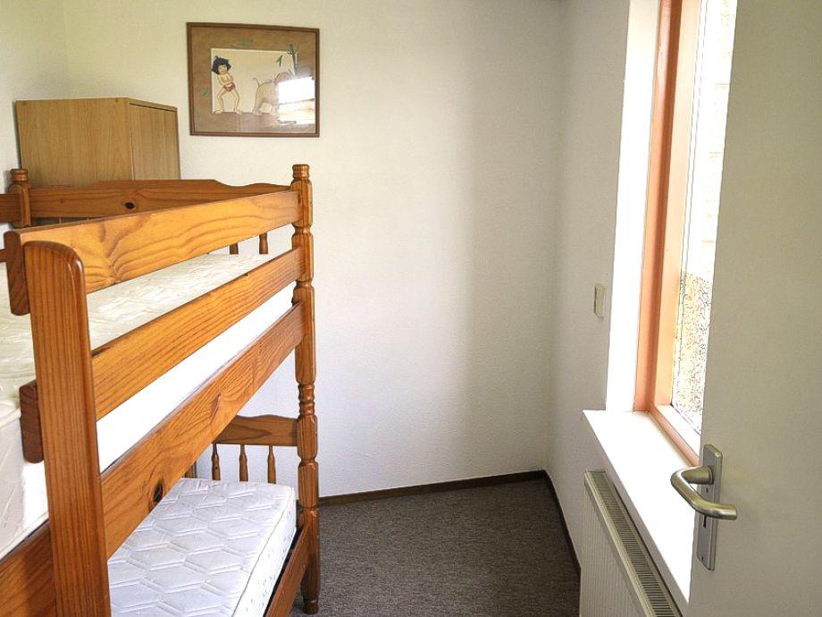 Ein Etagenbett Im Schlafzimmer. Dusche Und Waschtisch