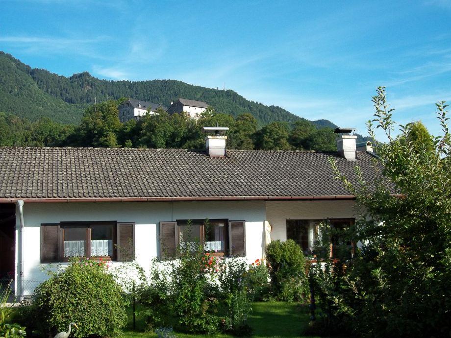 Ferienhaus Irger mit Bick auf die Burg Marquartstein