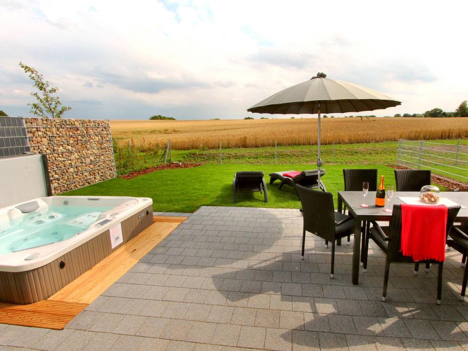 Blick von der Terrasse,Garten + eigenem Außenwhirlpool
