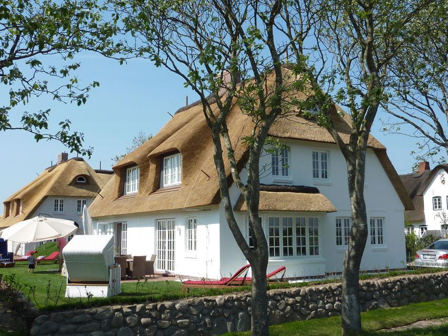 Blick aufs Haus mit Garten. Terrasse, Strandkorb