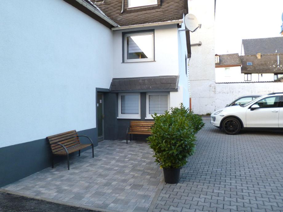 Hauseingangsbereich mit eigenem Parkplatz