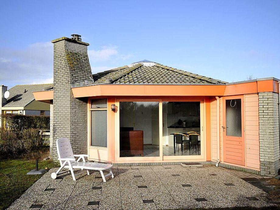 Blick auf die Terrasse mit Sonnenliege
