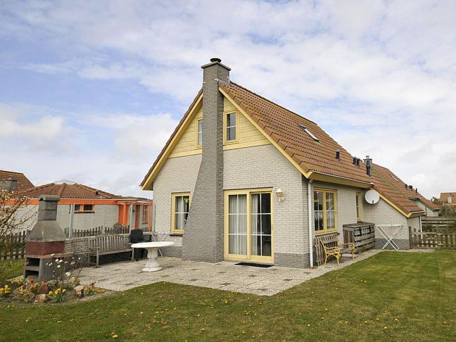 Blick in den gepflegten Garten und auf die Terrasse