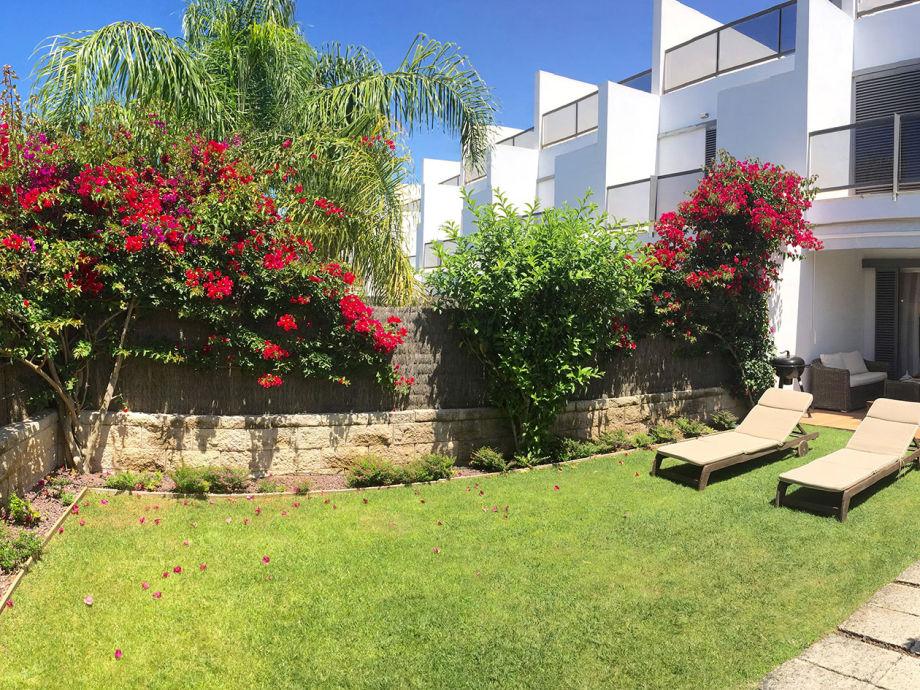 Garten mit Terasse und Liegestühlen