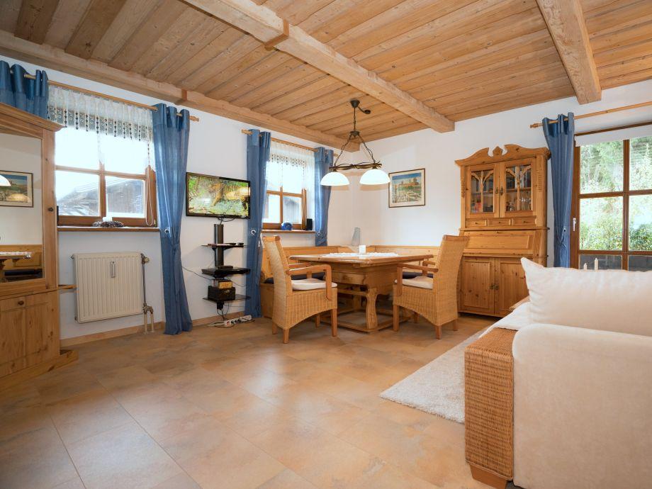 Wohnzimmer mit Essbereich und Heimkino-Anlage