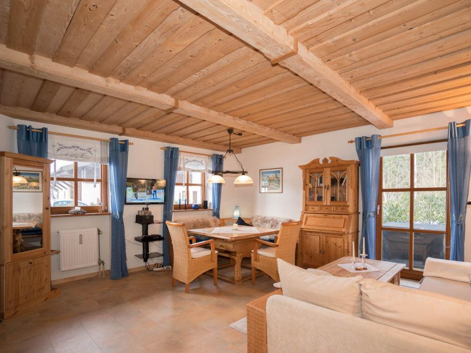 Wohnzimmer mit Ess- und Sitzecke und Heimkino-Anlage