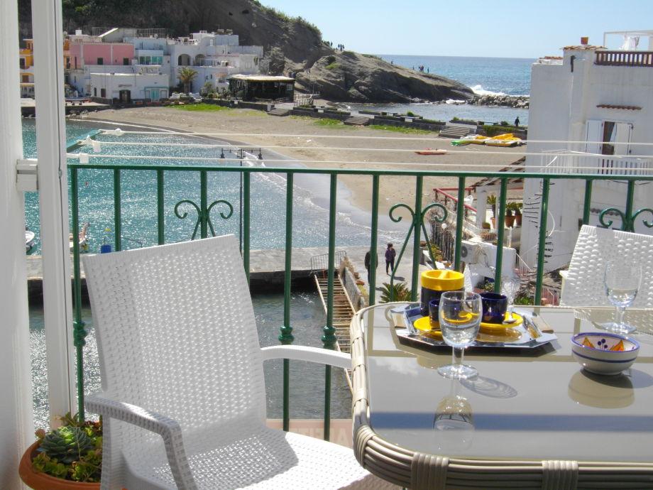 Blick auf Meer und Strand von Terrasse.