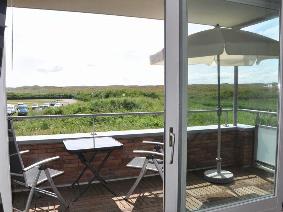 Balkon mit Sonnenschirm und Gartenmöbel