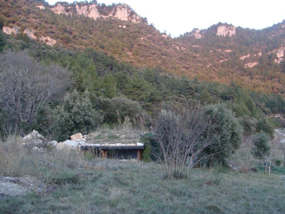 Die Felsen hinter dem Hügelhaus