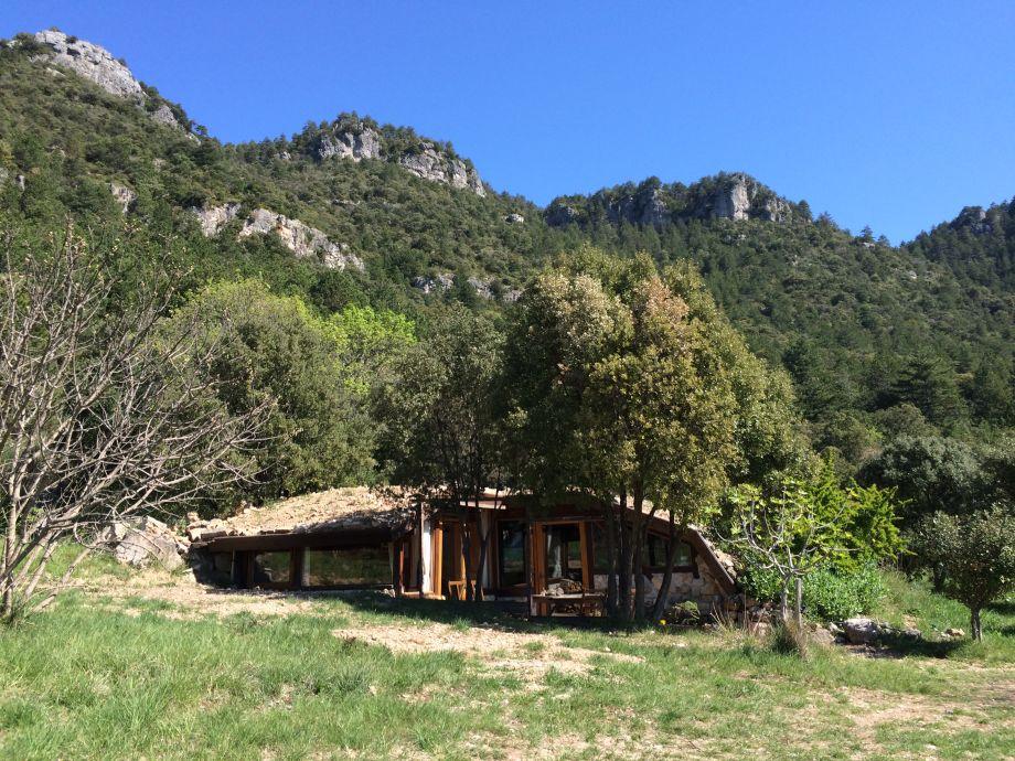 Das Hügelhaus, Teil der Natur, Felsen im Hintergrund
