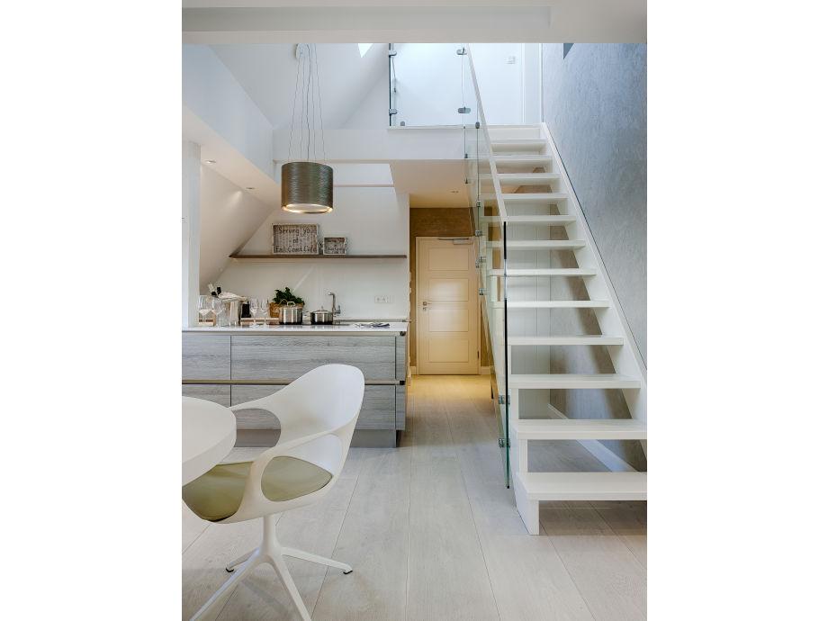 Treppenaufgang und Blick zur Küche