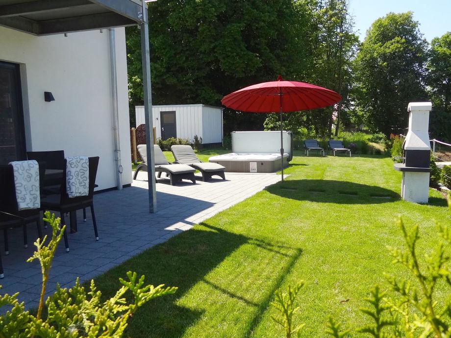 Sonne und Baumschatten: Erholung im eigenen Garten