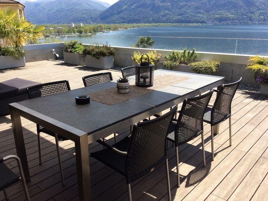 Die sonnige Terrasse mit Blick auf den See