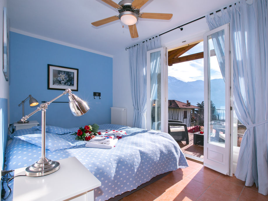 Blaues Schlafzimmer mit Doppelbett und großem Balkon ©