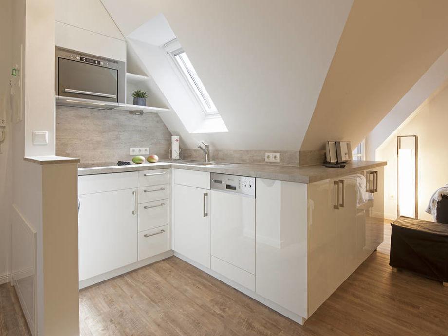 Die helle und funktional ausgestattete Küche
