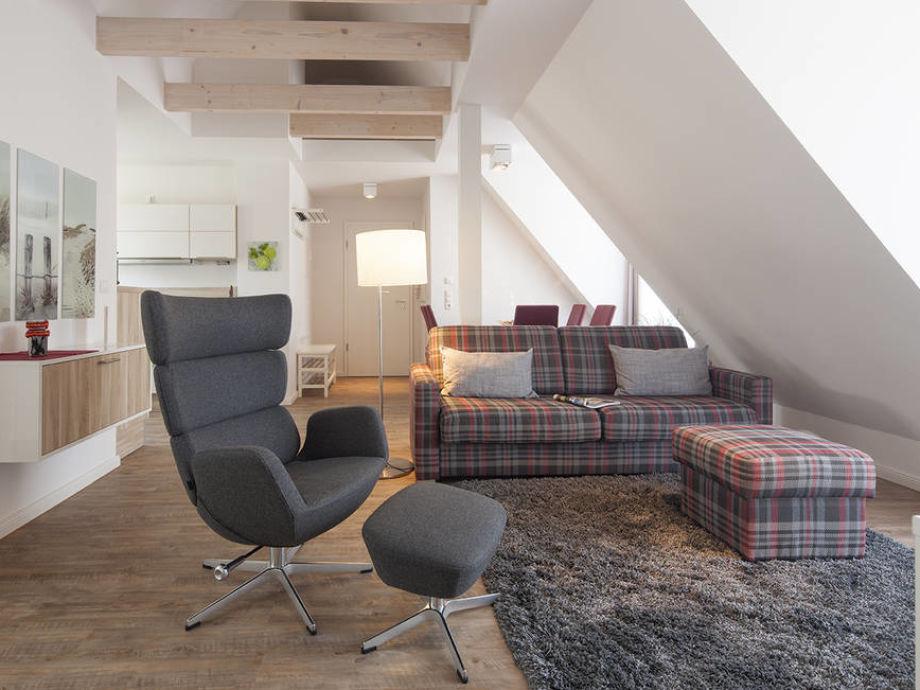 Der Wohnbereich mit gemütlicher Couch und Sessel