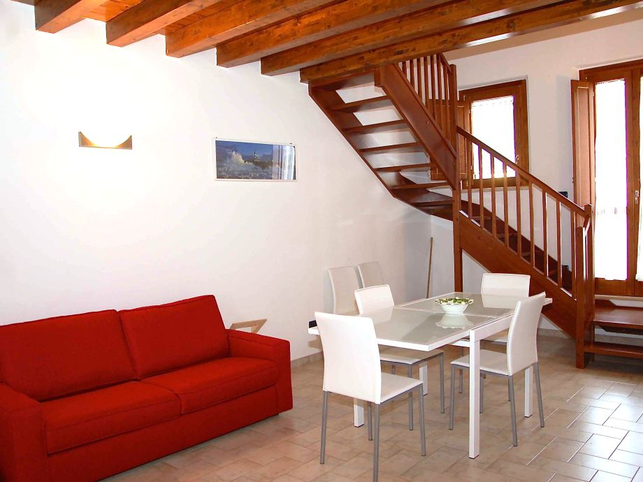 Wohnzimmer mit Sofa Bett und Küchenzeile