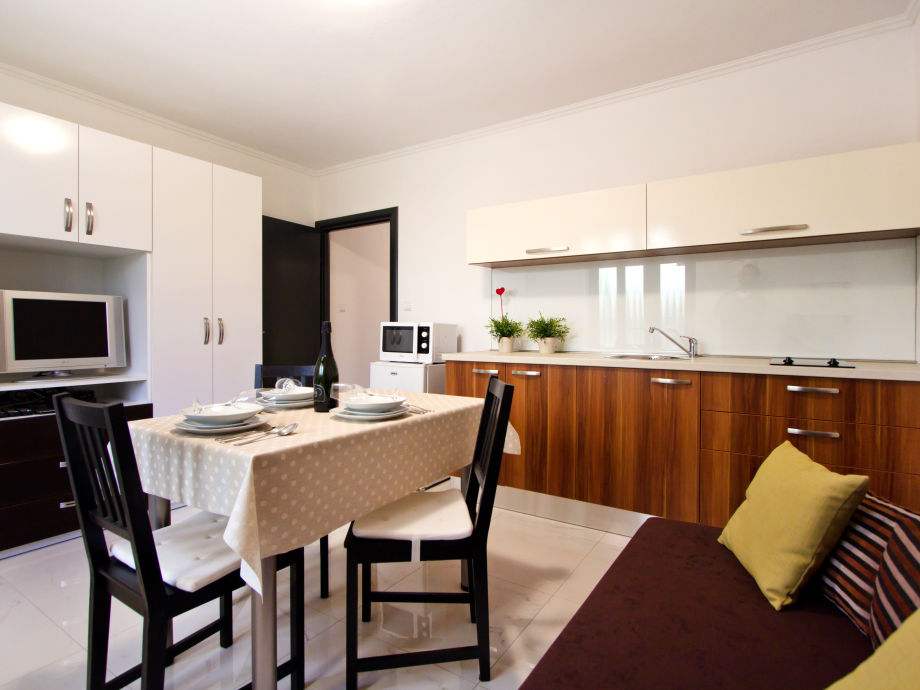 Wohnzimmer mit Küche und Esstisch
