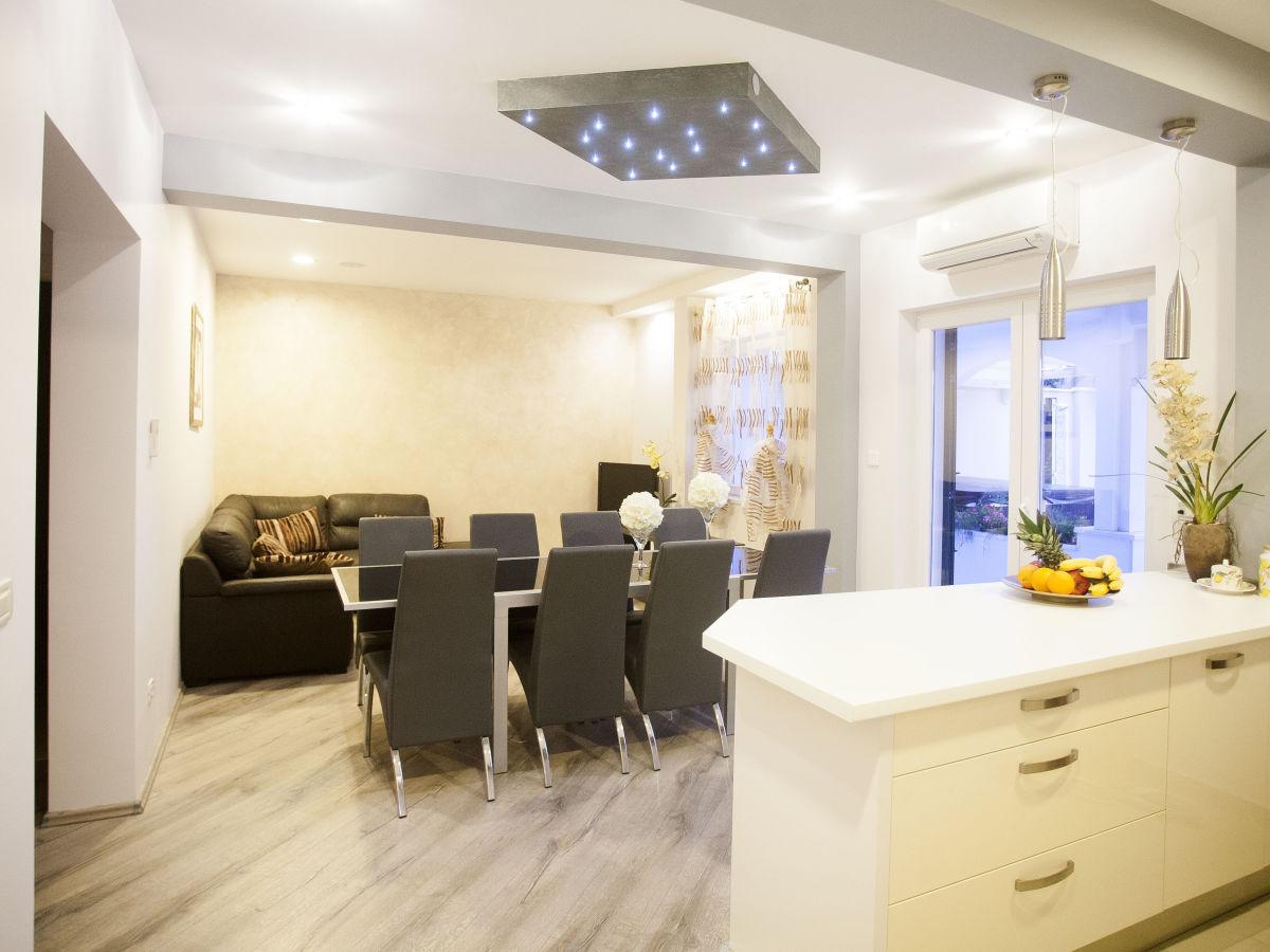 ferienhaus tina dalmatien duce omis frau ana bilanovic. Black Bedroom Furniture Sets. Home Design Ideas
