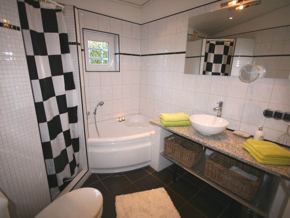 Ferienhaus marinapark aquaronde 132 ijsselmeer lemmer - Badezimmer mit dusche und badewanne ...