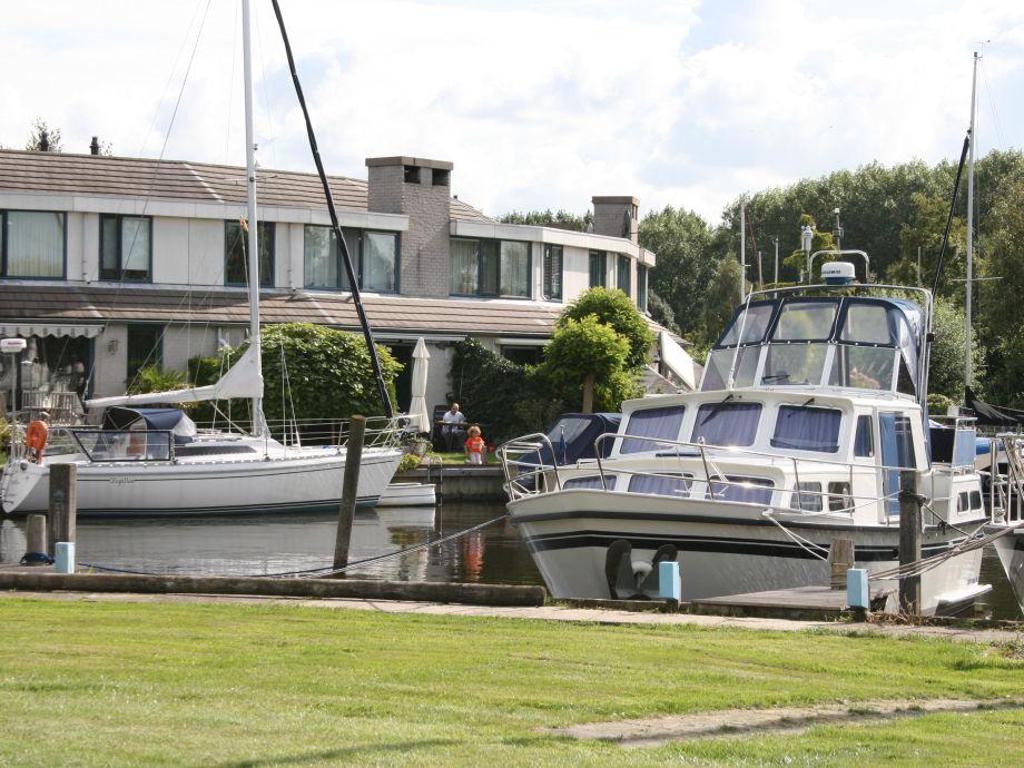 Das Ferienhaus liegt direkt am am Wasser