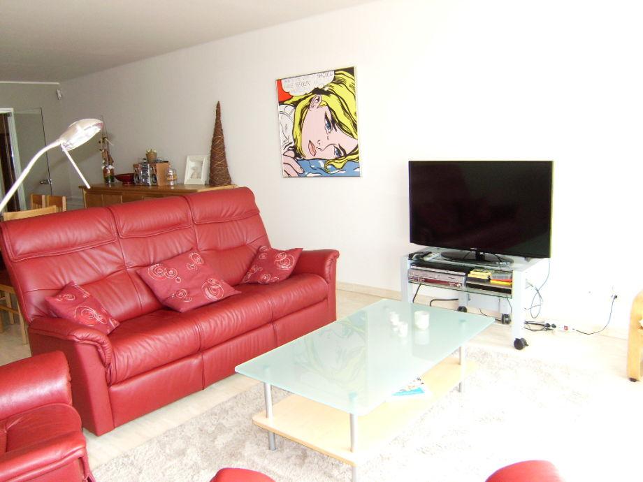 Der Wohnbereich mit Couch und Flat-TV