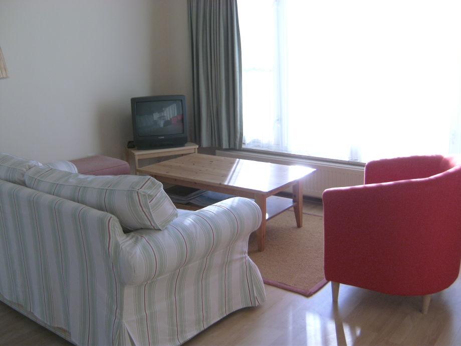 Wohnzimmer mit Fernseher und Sofa