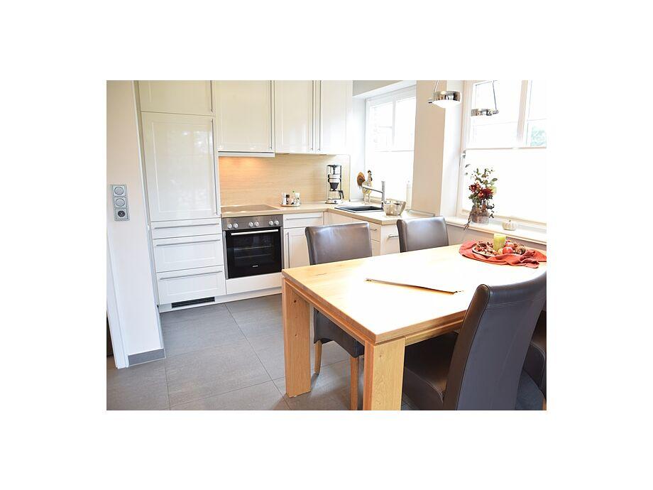 Moderne Küche mit Backofen