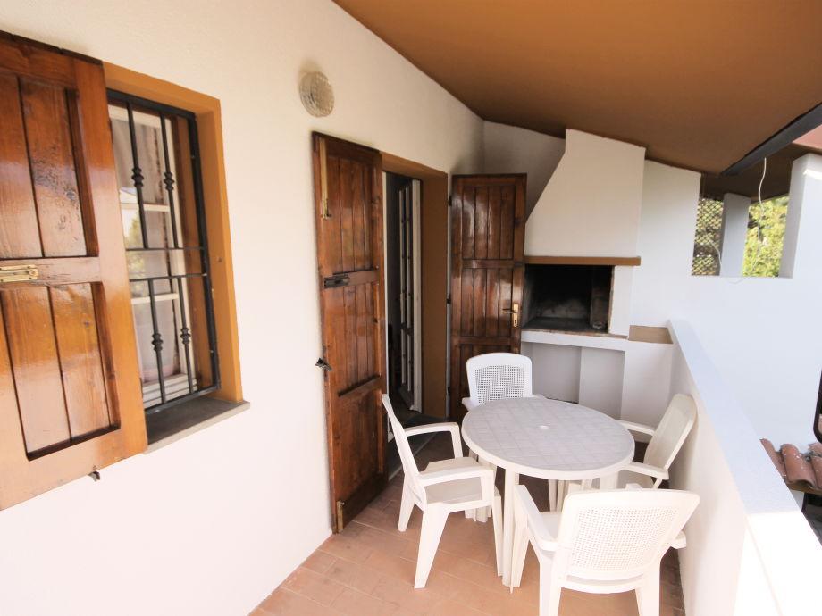 Terrasse mit Grillbereich und Esstisch