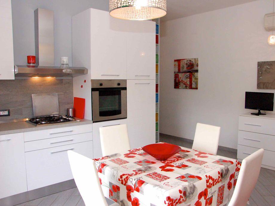 Wohnzimmer mit Sofabett und Küchenzeile