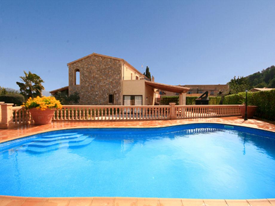 Privater Pool mit Blick auf die Villa