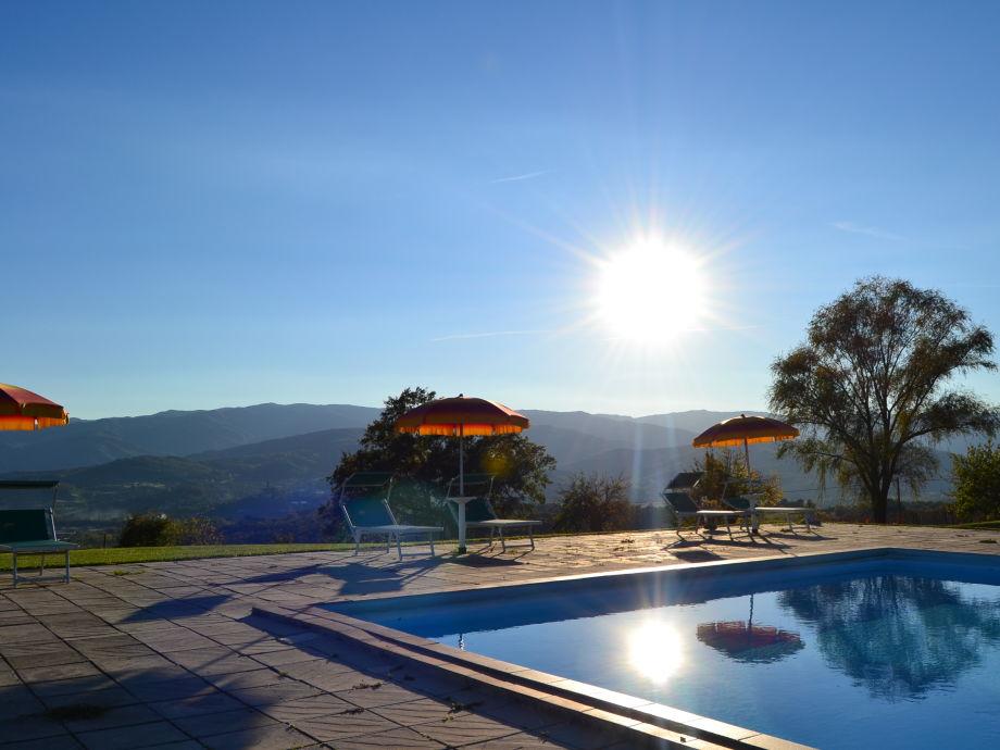 Schwimmbad bei Sonnenuntergang