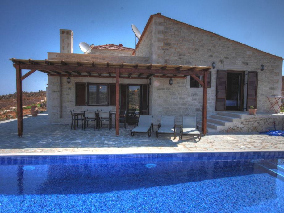 Die Terrasse mit Poolbereich